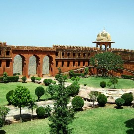 798px-Rajasthan-Jaipur-Jaigarh-Fort-compound-Apr-2004-00