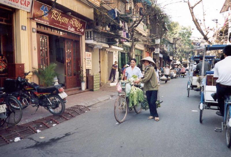 Hanoi-venditrice-di-verdura