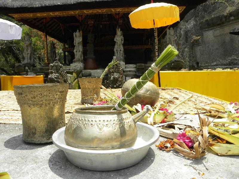 10a-bali-tempio-offerte-e-acqu