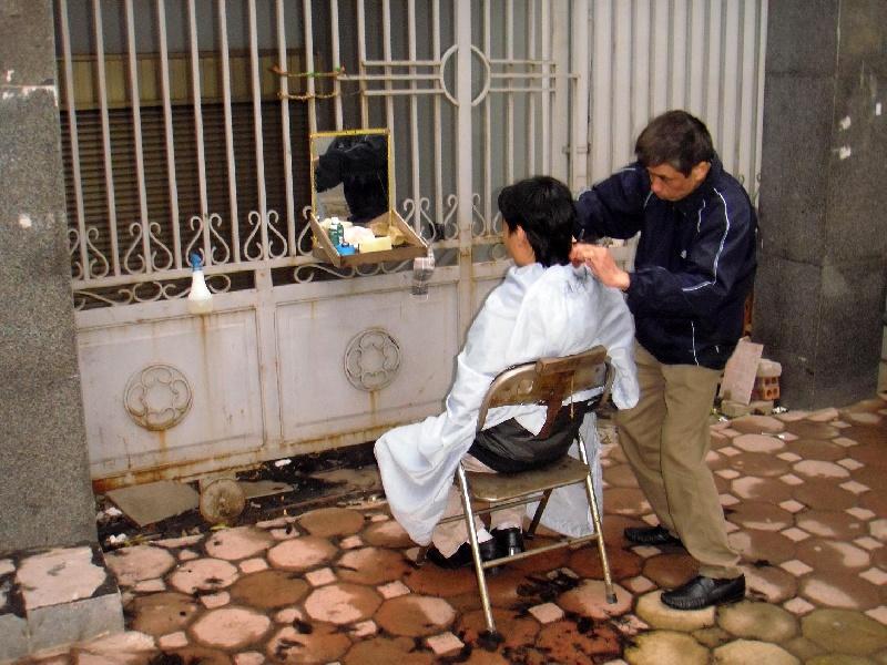 vietnam-hanoi-barbiere-di-stra